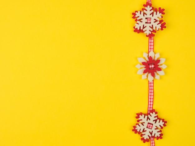 Kerst slinger met gesneden vilt sneeuwvlokken
