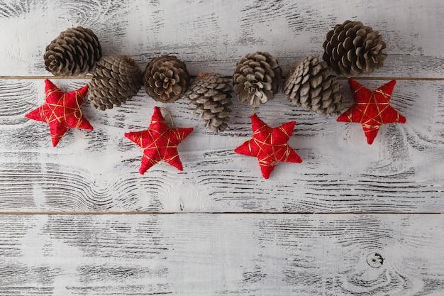 Kerst slinger op rustieke houten tafel met kopie ruimte