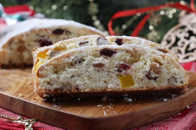 Kerst smakelijke stol met droog fruit, bessen en noten op een houten bord. traditionele duitse lekkernijen.