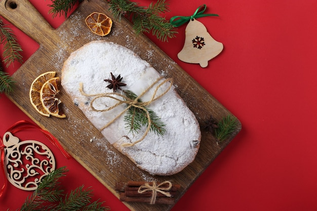 Kerst smakelijke stol met droog fruit, bessen en noten op rode achtergrond. traditionele duitse lekkernijen. horizontaal formaat. ruimte kopiëren