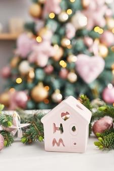 Kerst snoep op de achtergrond van de kerstboom. roze versierde kerst. gelukkig nieuwjaar! traditioneel nieuwjaarsdessert. kopieer ruimte.