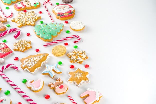 Kerst snoep set. geassorteerde feestelijke kerstsnoepjes, traditioneel snoep en koekje. flatlay met candy cane snoepjes, peperkoek, snoep, bovenaanzicht