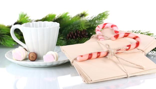 Kerst snoep stokken, beker met warme drank en letters voor de kerstman, geïsoleerd op wit