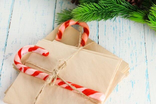 Kerst snoep stokken en brieven voor santa, op een houten achtergrond kleur