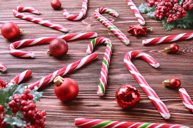 Kerst snoep stokken en decor op houten achtergrond