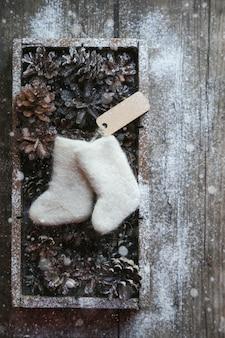 Kerst speelgoed laarzen en kegels in houten kist