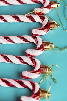 Kerst speelgoed lon een blauwe achtergrond. kerstsamenstelling, nieuwjaarsornament.