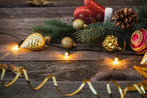 Kerst speelgoed op oude houten achtergrond