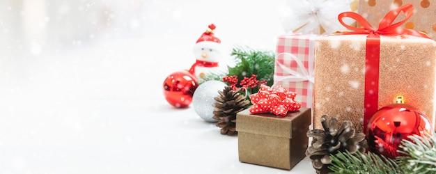 Kerst speelgoed pop, kerstboom en nieuwjaarsvakantie geschenkdoos met decoratieve versiering.