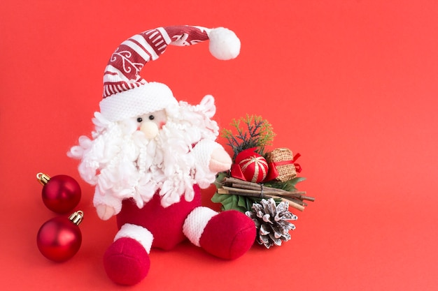 Kerst speelgoed santa claus op de rode achtergrond. detailopname. ruimte kopiëren.