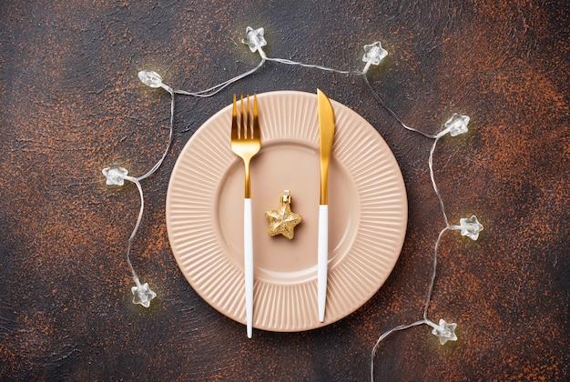 Kerst tabel instelling en gouden decor