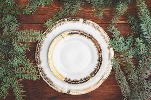 Kerst tabel instelling met pijnboomtakken en decoraties bovenaanzicht