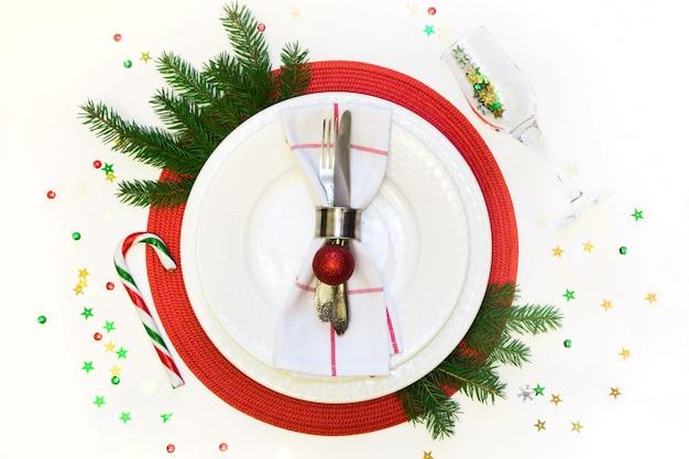 Kerst tabel instelling met vintage servies, bestek en decoraties op grijs linnen tafellaken. bovenaanzicht