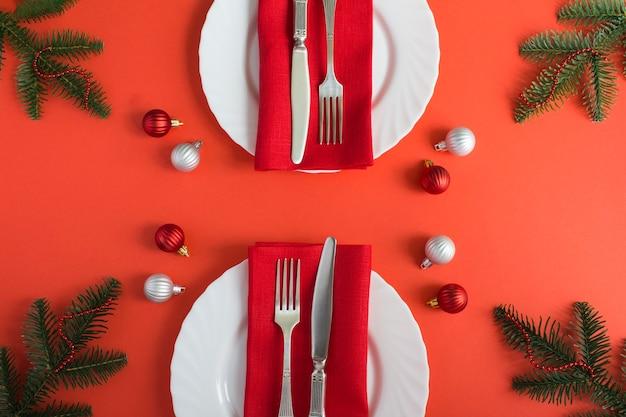 Kerst tabel instelling op de rode achtergrond. bovenaanzicht. detailopname.