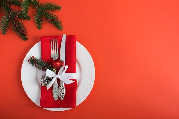 Kerst tabel instelling op de rode achtergrond. bovenaanzicht. ruimte kopiëren.