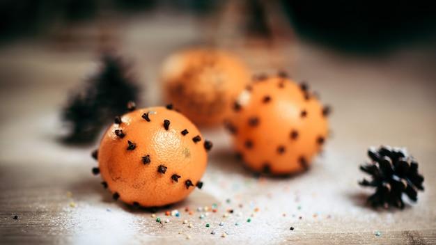 Kerst tafel. achtergrondafbeelding sinaasappelen en dennenappels op een houten tafel. foto met kopieerruimte
