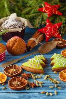 Kerst tafel met peperkoek cookies, fir krans, gedroogde vruchten