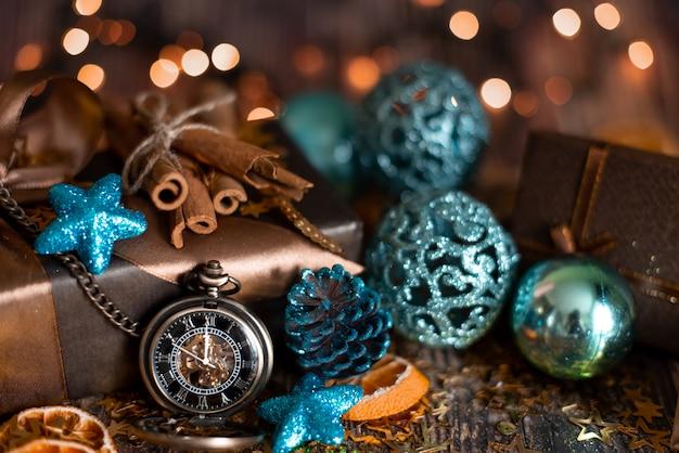 Kerst tafel met versierde kerstboom en slingers.