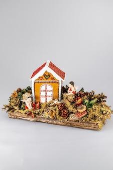 Kerst tafel samenstelling. mooie decoratie. kerstbomen, kaarsen, sterren, lichtjes en elegante accessoires. prettige kerstdagen en prettige feestdagen, sjabloon.