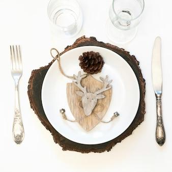 Kerst tafel set met witte servies, bestek en winter, rustieke decoraties op wit