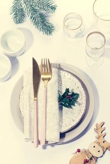 Kerst tafel setting met decoratie. bovenaanzicht