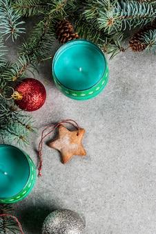 Kerst tafel, voor wenskaart. kerstmisdecoratie, kaarsen, sparren en peperkoekkoekjes op grijze steenlijst. bovenaanzicht,.