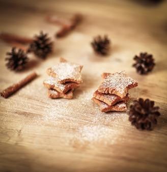 Kerst tafel. zelfgemaakte koekjes op houten achtergrond.