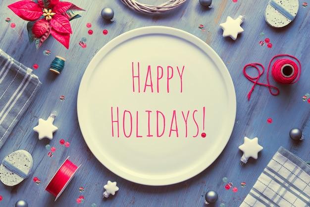 Kerst tafelindeling. bovenaanzicht op grijs getextureerd hout, geometrische plat leggen, arrangement met rode poinsettia, witte sterren, textiel