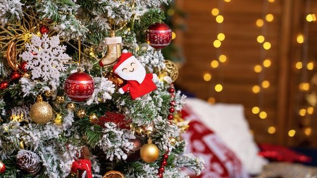 Kerst thuis kamer met kerstboom en feestelijke bokeh verlichting
