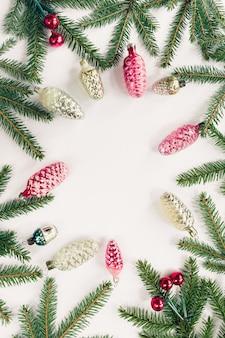 Kerst vakantie achtergrond met kopie ruimte voor tekst. plat leggen, bovenaanzicht, kopie ruimte. frame van dennentakken en kerstmisspeelgoed.