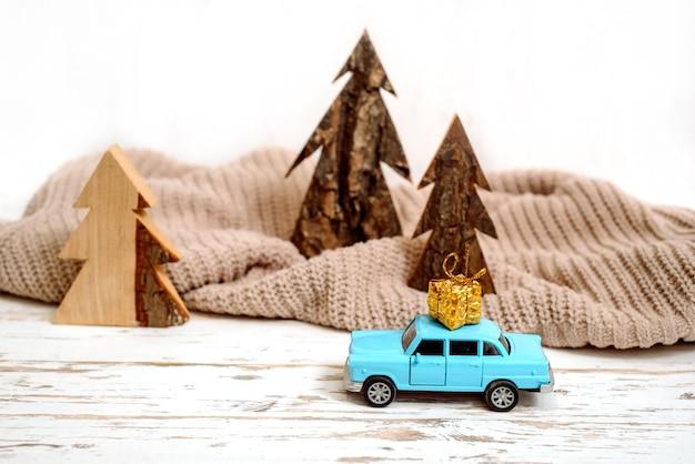 Kerst vakantie concept met pijnboom op speelgoedauto.