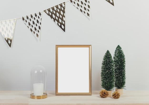 Kerst vakantie groet frame design mockup met decoratie op houten tafel.