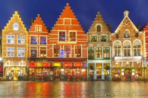 Kerst versierd en verlicht oude markt-plein in het centrum van brugge, belgië