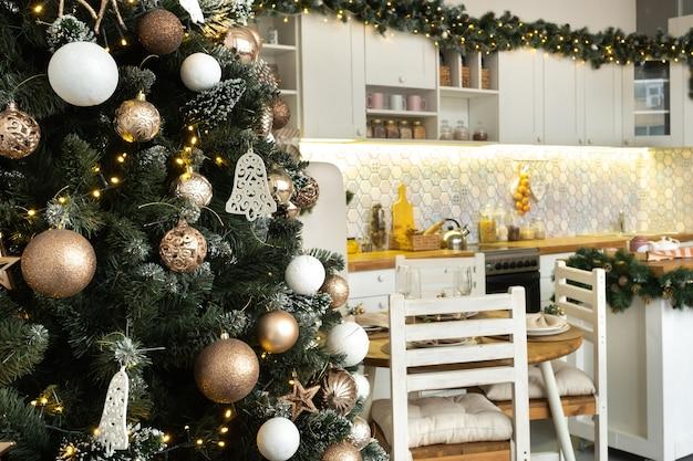 Kerst versierde kerstboom op de achtergrond van de keuken