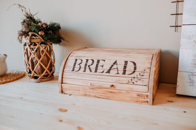 Kerst versiering. bascet met dennentakken en broodtrommel op de houten tafel. feestelijke tafeldecoraties.