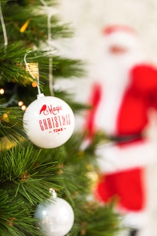 Kerst versiering op dennenboom