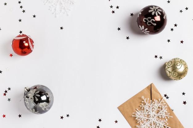 Kerst versiering samenstelling wenskaart envelop sneeuwballen ballen schitteren sterren