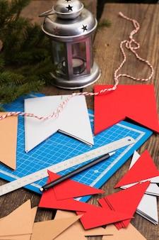 Kerst versiering. slingers maken van vlaggen. materialen en gereedschappen