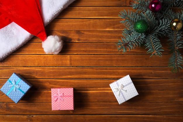 Kerst versiering. vakantiesamenstelling met dennentak, speelgoedballen, geschenkdozen. bovenaanzicht.