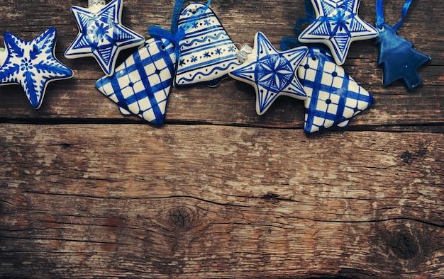 Kerst vintage blauw-witte keramische fir tree speelgoed op houten tafel