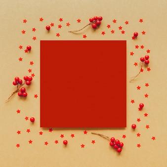 Kerst vlam gemaakt van rode bessen en ster op papier achtergrond