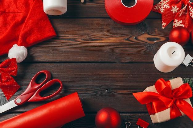 Kerst voorbereidingen. cadeau inpakken met papier en lint