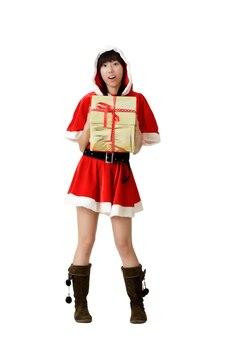 Kerst vrouw met cadeau met verbaasde uitdrukking, volledige lengte portret geïsoleerd op wit.