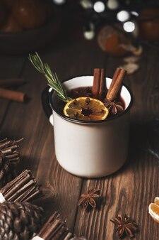 Kerst warme drank glühwein op houten met kaneel, kruidnagel, kruiden.