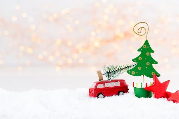 Kerst wenskaart. de vertakking van de kerstboom op glitter gouden bokeh licht achtergrond. nieuwjaar concept. kopieer ruimte.