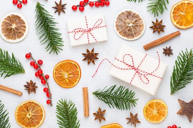 Kerst wenskaart. de vertakking van de kerstboom op glitter gouden bokeh licht achtergrond.