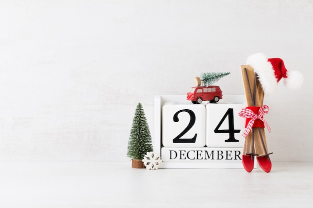 Kerst wenskaart. feestelijke decoratie op grijze achtergrond. nieuwjaar concept. kopieer ruimte. plat leggen. bovenaanzicht.
