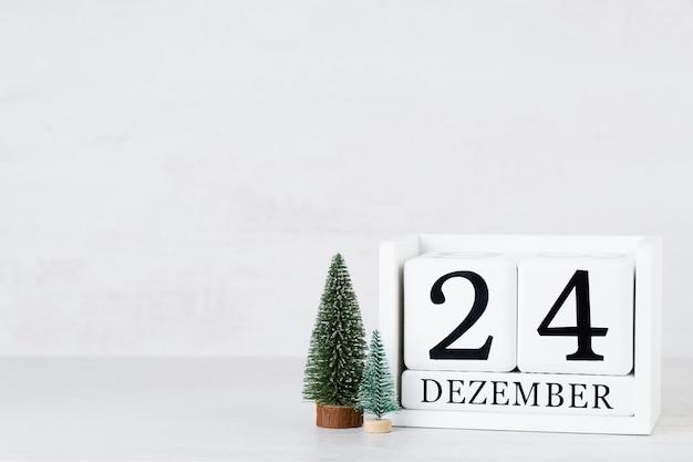 Kerst wenskaart. feestelijke decoratie op grijze achtergrond. nieuwjaarsconcept. ruimte kopiëren. plat leggen. bovenaanzicht.