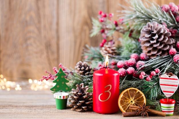 Kerst wenskaart. feestelijke decoratie op houten achtergrond. nieuwjaar concept. kopieer ruimte. plat leggen. bovenaanzicht.