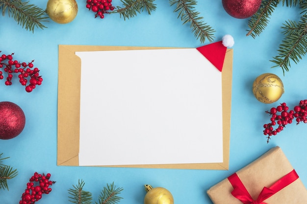 Kerst wenskaart. lege papieren blanco met envelop en feestelijk decor